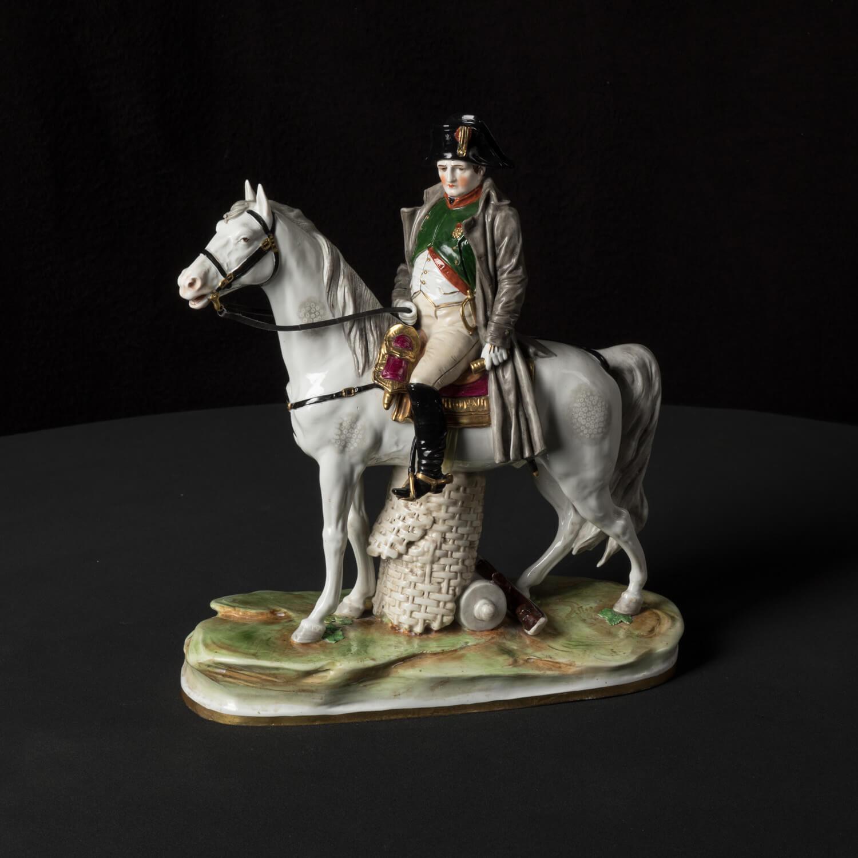 """Porzellanfigur """"Napoleon zu Pferd"""" aus glasiertem Porzellan, farbig dekoriert"""