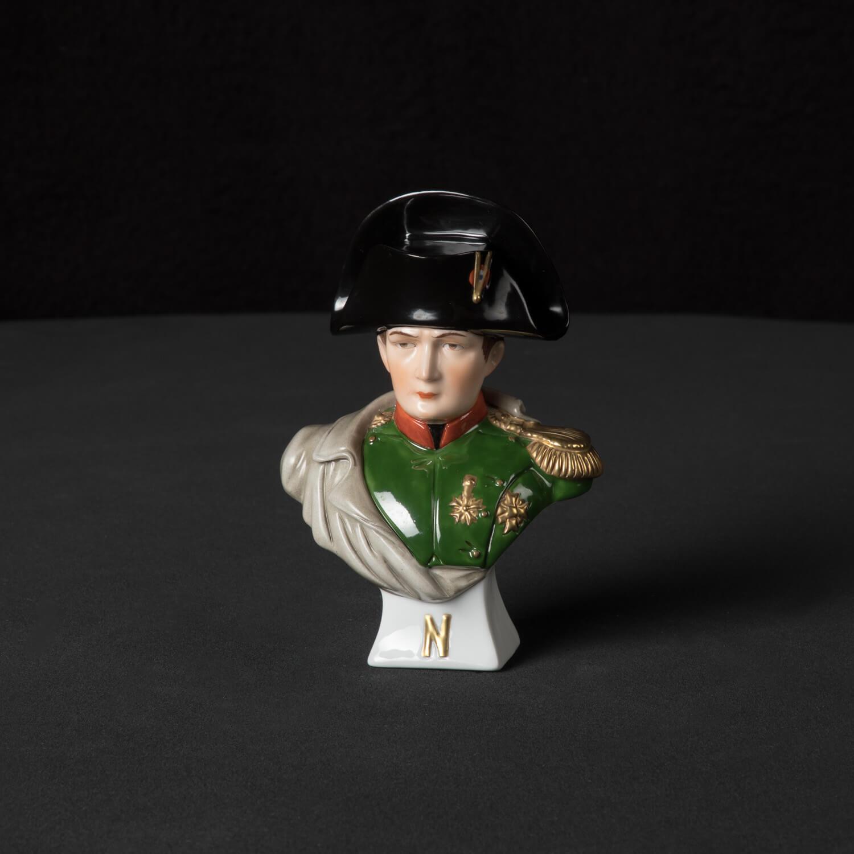 Napoleons Büste klein aus glasiertem Porzellan, farbig dekoriert