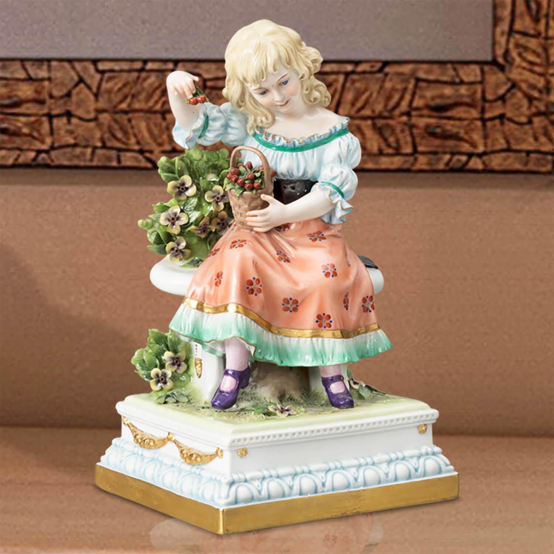 """Porzellanfigur """"Kirschenmädchen"""" aus glasiertem Porzellan, farbig dekoriert"""