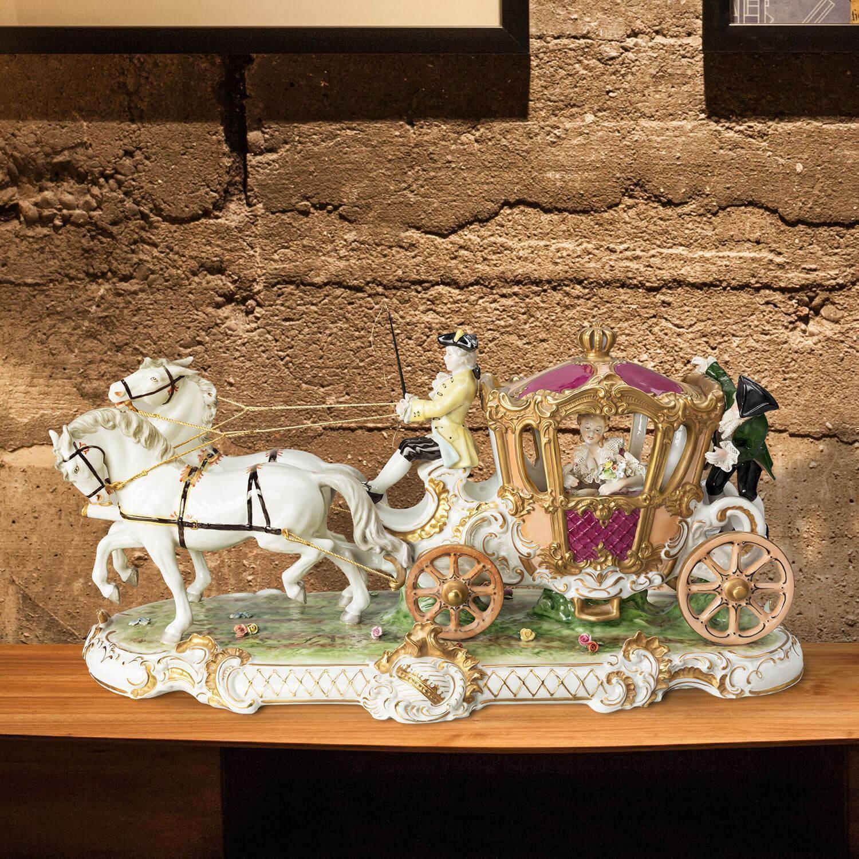"""Porzellankutsche """"Zweispänner Ausfahrt"""" aus glasiertem Porzellan, farbig dekoriert"""