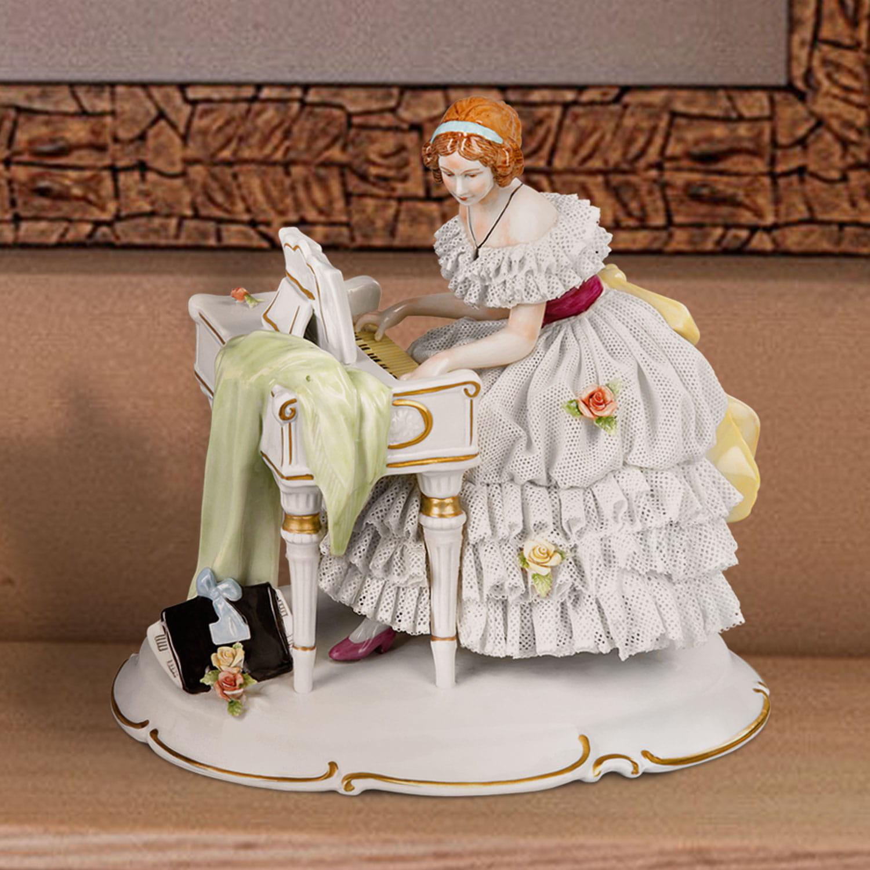 """Porzellanfigur """"Am Spinett"""" aus glasiertem Porzellan, farbig dekoriert"""