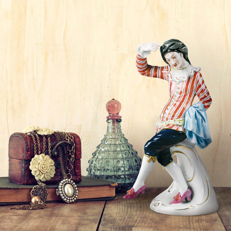 """Porzellanfigur """"Scaramouche"""" aus glasiertem Porzellan, farbig dekoriert"""
