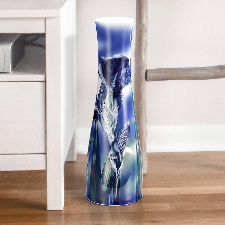 """Vase """"Blaue Iris"""" aus glasiertem Porzellan, farbig dekoriert"""