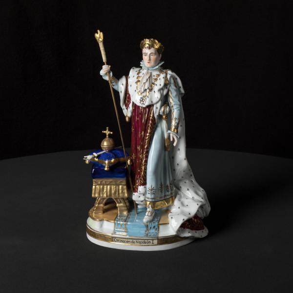"""Porzellanfigur """"Krönung Napoleons"""" aus glasiertem Porzellan, farbig dekoriert"""