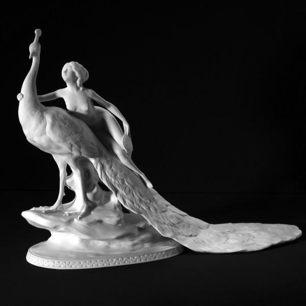 """Porzellanfigur """"Die Eitelkeit"""" - Frau auf Pfau aus Bisquitporzellan"""