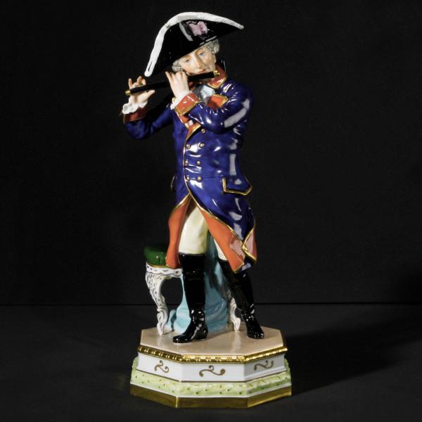 """Porzellanfigur """"Friedrich der Große mit Flöte"""" aus glasiertem Porzellan, farbig dekoriert"""