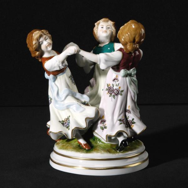 """Figurengruppe """"Der Reigentanz"""" aus glasiertem Porzellan, farbig dekoriert"""
