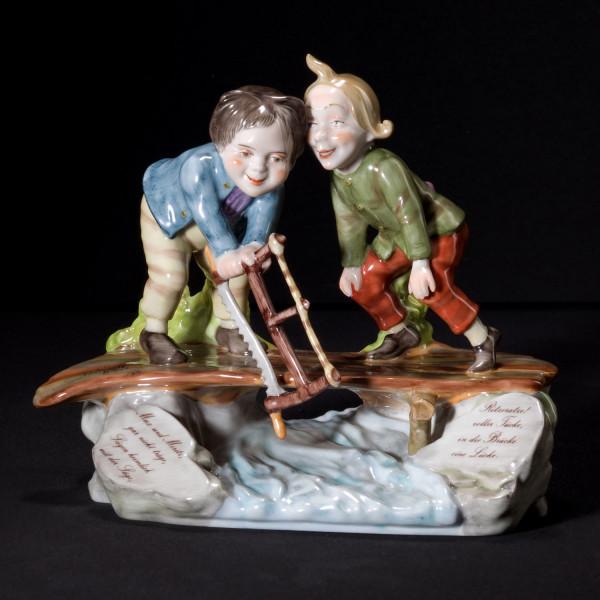 """Figurengruppe """"Max und Moritz, Brücke ansägen"""" aus glasiertem Porzellan, farbig dekoriert"""