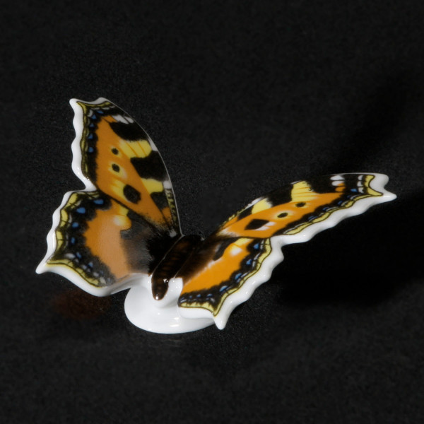 """Porzellanfigur """"Schmetterling Kleiner Fuchs"""" aus glasiertem Porzellan, farbig dekoriert"""