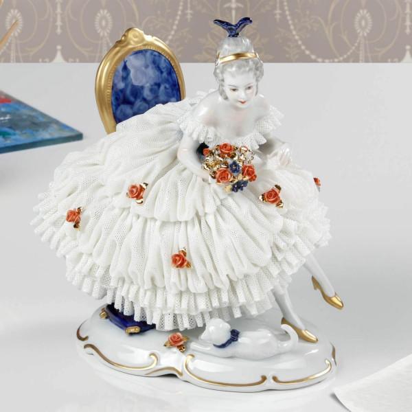 """Porzellanfigur """"Das Bouquet"""" von Kurt Steiner, mit Spitzenbelag aus glasiertem Porzellan"""