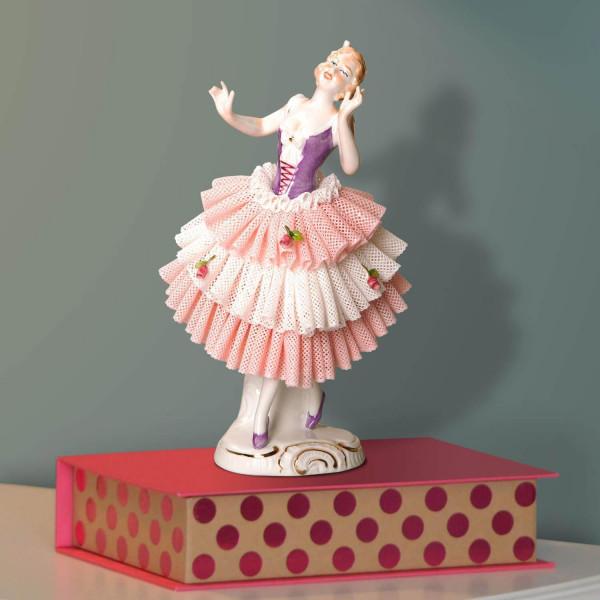 """Porzellanfigur """"Tänzerin (flieder) 18cm im Spitzenkleid"""" aus glasiertem Porzellan, farbig dekoriert"""