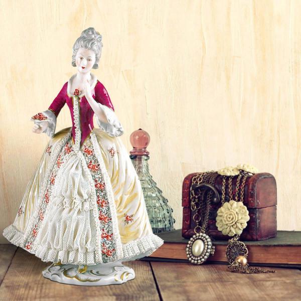 """Porzellanfigur """"Dame zu Rosenkavalier"""" aus glasiertem Porzellan, farbig dekoriert"""