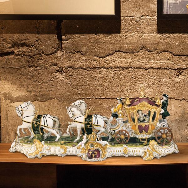 """Porzellankutsche """"Ludwig XIV."""" aus glasiertem Porzellan, farbig dekoriert"""