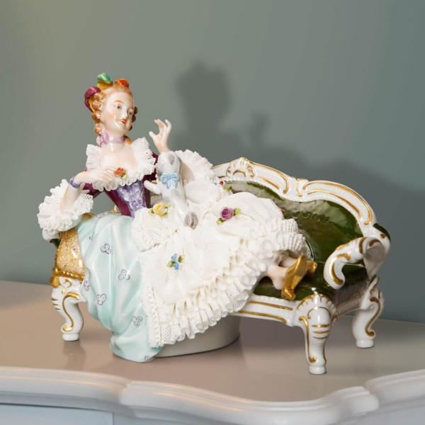"""Porzellanfigur """"Schosshündchen"""" aus glasiertem Porzellan, farbig dekoriert"""