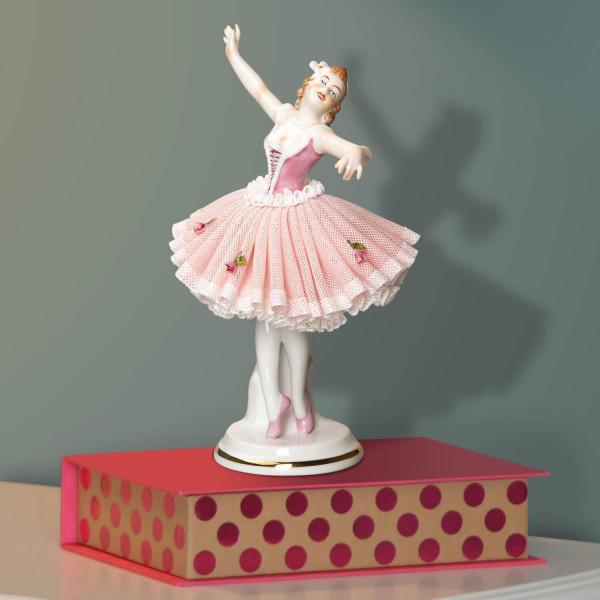 """Porzellanfigur """"Tänzerin (rosa) im Spitzenkleid, 18 cm aus glasiertem Porzellan, farbig dekoriert"""