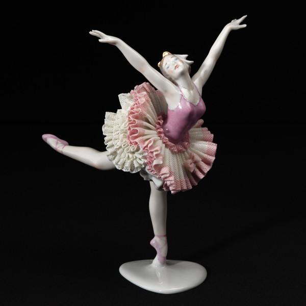 """Porzellanfigur Tänzerin """"Schwanensee III (stehend)"""" aus glasiertem Porzellan, farbig dekoriert"""