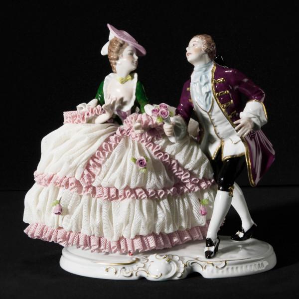 """Figurengruppe """"Aufforderung zum Tanz"""" aus glasiertem Porzellan, farbig dekoriert"""