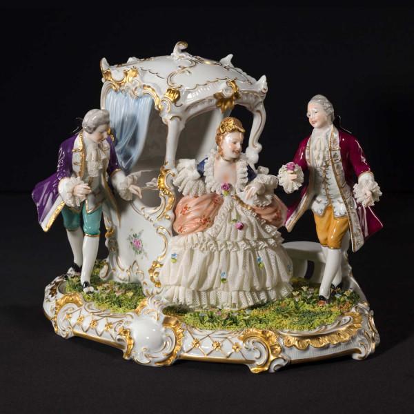 """Figurengruppe """"Heimliche Liebe"""" aus glasiertem Porzellan, farbig dekoriert"""