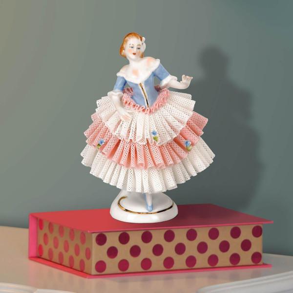 """Porzellanfigur """"Frau im Spitzenkleid (blau/rosa)"""" aus glasiertem Porzellan, farbig dekoriert"""