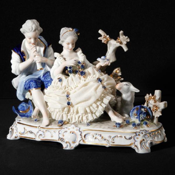 """Porzellanfigur """"Schäferstunde"""" aus glasiertem Porzellan, farbig dekoriert"""