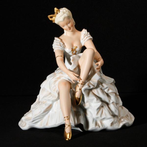 """Porzellanfigur """"Schuhbinderin"""" aus glasiertem Porzellan, farbig dekoriert"""