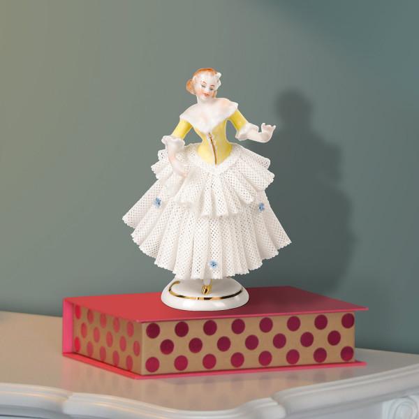 """Porzellanfigur """"Tänzerin (gelb) im Spitzenkleid"""" aus glasiertem Porzellan, farbig dekoriert"""