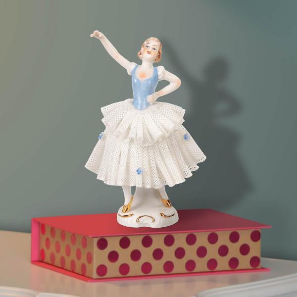 """Porzellanfigur """"Tänzerin (hellblau) im Spitzenkleid"""" aus glasiertem Porzellan, farbig dekoriert"""