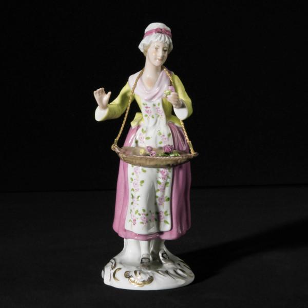 """Porzellanfigur """"Blumenverkäuferin"""" aus glasiertem Porzellan, farbig dekoriert"""