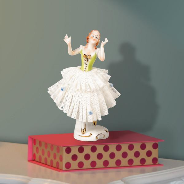 """Porzellanfigur """"Tänzerin (grün) im Spitzenkleid"""" aus glasiertem Porzellan, farbig dekoriert"""