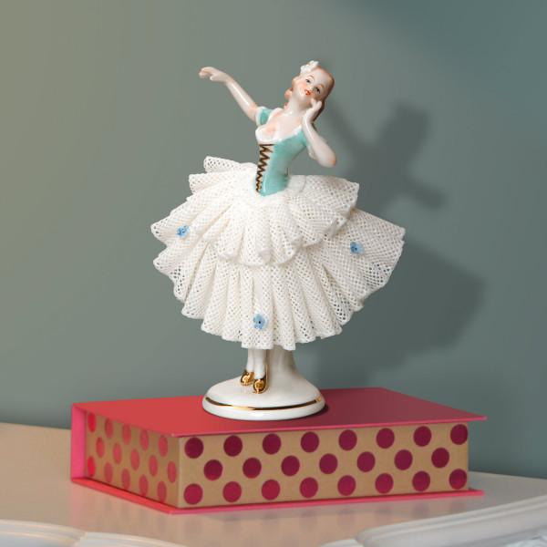 """Porzellanfigur """"Tänzerin (türkis) im Spitzenkleid"""" aus glasiertem Porzellan, farbig dekoriert"""