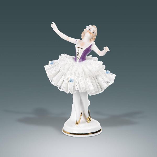 """Porzellanfigur """"Tänzerin (lila) im Spitzenkleid"""" aus glasiertem Porzellan, farbig dekoriert"""