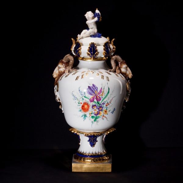 Prunkvase aus glasiertem Porzellan, farbig dekoriert