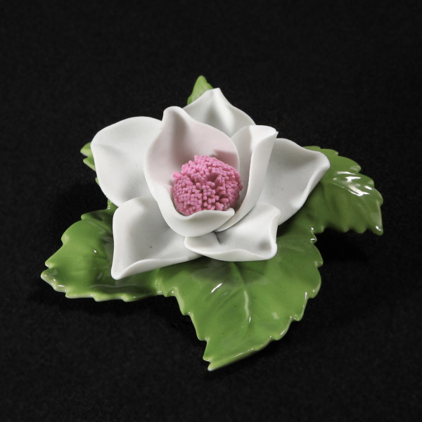 """Porzellanblume """"Apfelblüte (weiß)"""" Blüte aus Bisquitporzellan, Blätter aus glasiertem Porzellan"""