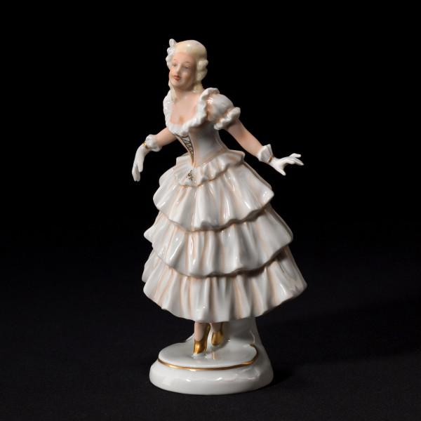 """Porzellanfigur """"Tänzerin im Rüschenkleid"""" aus glasiertem Porzellan, farbig dekoriert"""