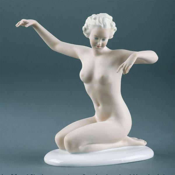 """Porzellanfigur """"Kniende Dame"""" Figur aus Bisquitporzellan auf glasiertem Sockel"""