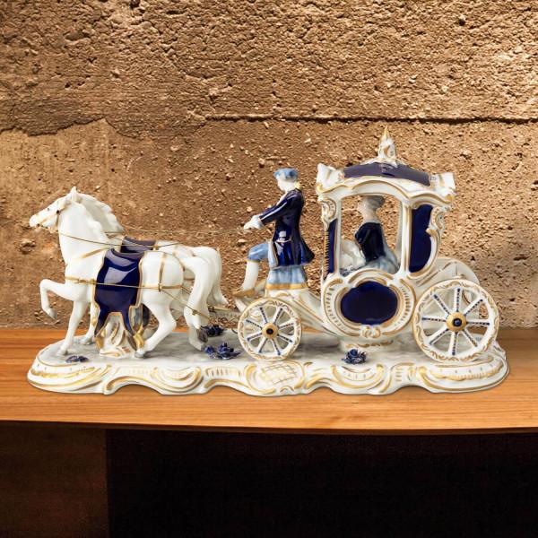 Kleine Porzellankutsche, Zweispänner aus glasiertem Porzellan, farbig dekoriert