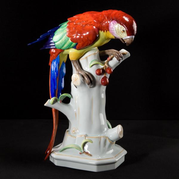 """Porzellanfigur """"Papagei mit Kirschen"""" von Arthur Storch aus glasiertem Porzellan"""