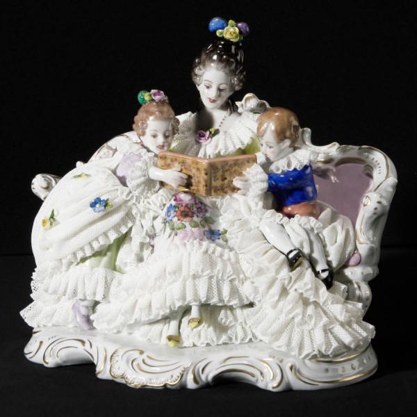 """Porzellanfigur """"Märchen-Lesung"""" aus glasiertem Porzellan, farbig dekoriert"""