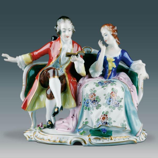 """Figurengruppe """"Johann Wolfgang von Goethe mit Frau von Stein"""" aus glasiertem Porzellan, farbig dekoriert"""