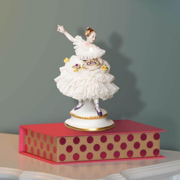 """Porzellanfigur """"Fanny Elssler"""" mit Spitzenbelag aus glasiertem Porzellan, farbig dekoriert"""