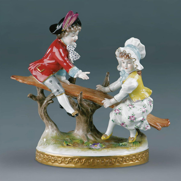 "Figurengruppe ""Kinderschaukel"" aus glasiertem Porzellan, farbig dekoriert"