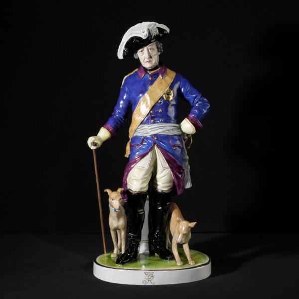 """Porzellanfigur """"Friedrich der Große mit Hunden"""" aus glasiertem Porzellan, farbig dekoriert"""