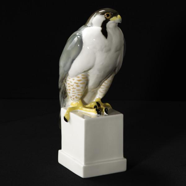 "Porzellanfigur ""Falke"" aus glasiertem Porzellan, farbig dekoriert"