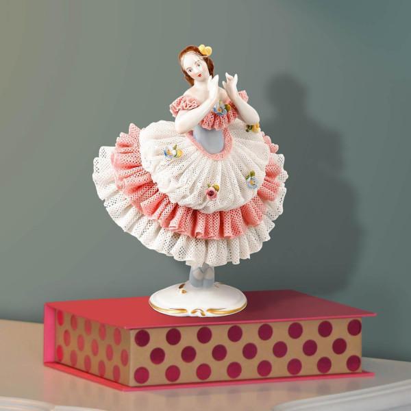 """Porzellanfigur """"Tänzerin mit Spitzenkleid"""" aus glasiertem Porzellan, farbig dekoriert"""