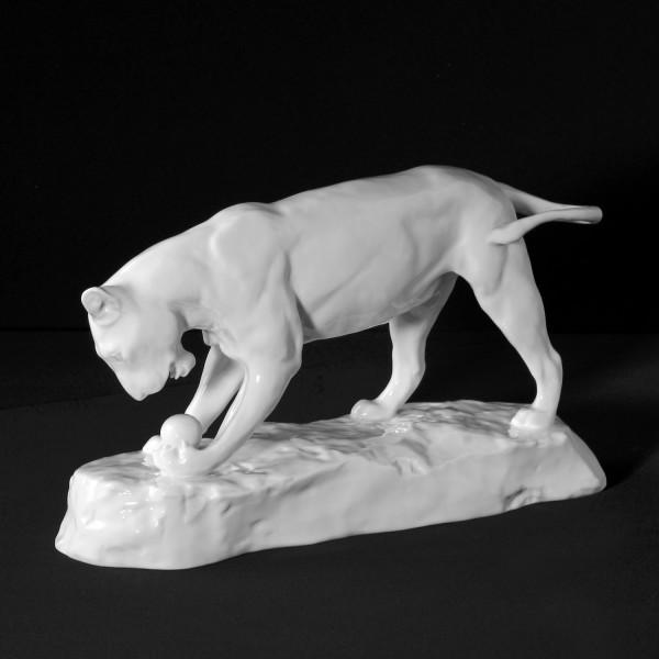 """Porzellanfigur """"Spielende Löwin"""" aus glasiertem Porzellan. Undekoriert"""