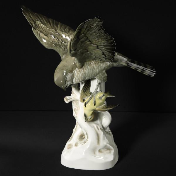 """Porzellanfigur """"Sperber mit Beutevogel"""" aus glasiertem Porzellan, farbig dekoriert"""