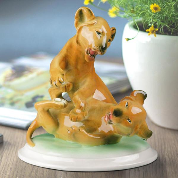 """Porzellanfigur """"Spielende Löwen"""" aus glasiertem Porzellan, farbig dekoriert"""