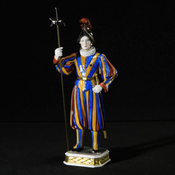 """Porzellanfigur """"Soldat der Schweizergarde"""" aus glasiertem Porzellan, farbig dekoriert"""