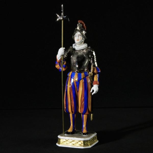 """Porzellanfigur """"Soldat der Schweizergarde mit Harnisch"""" aus glasiertem Porzellan, farbig dekoriert"""