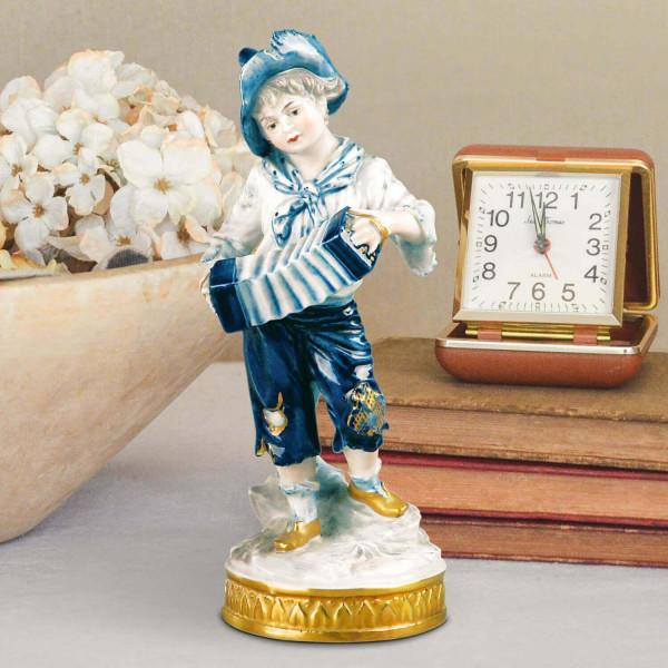 """Porzellanfigur """"Junge mit Ziehharmonika"""" aus glasiertem Porzellan, farbig dekoriert"""